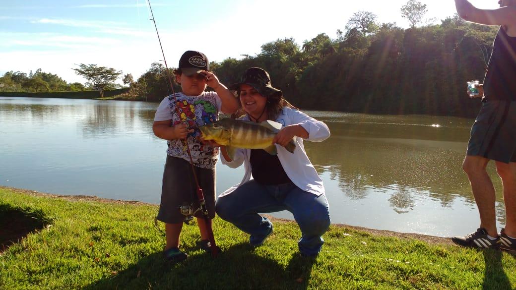 Maior peixe: Acompanhante Monna Mariah e seu filho Joaquim Gabriel com um Tucunaré com 56 cm.